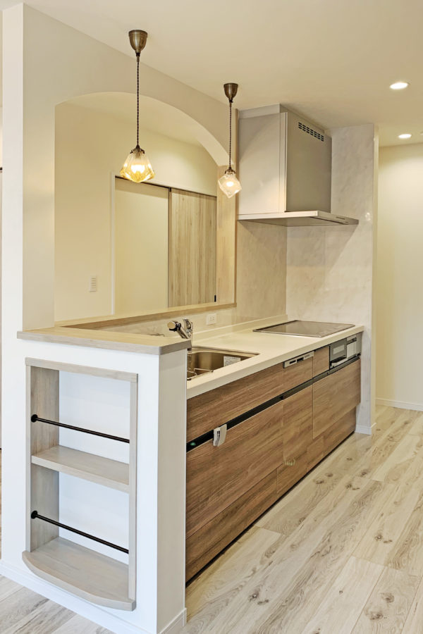 アーチ状のかわいいキッチンがあるシャビ―シックスタイルのお家