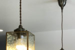 お気に入りの照明が映える広々リビングのあるヴィンテージ調のお家