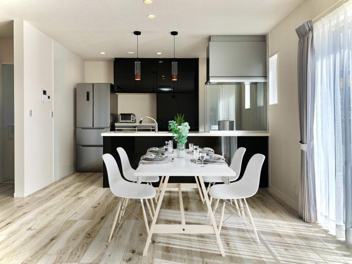 存在感のあるかっこいいキッチンと陽当たりの良いリビングがあるお家