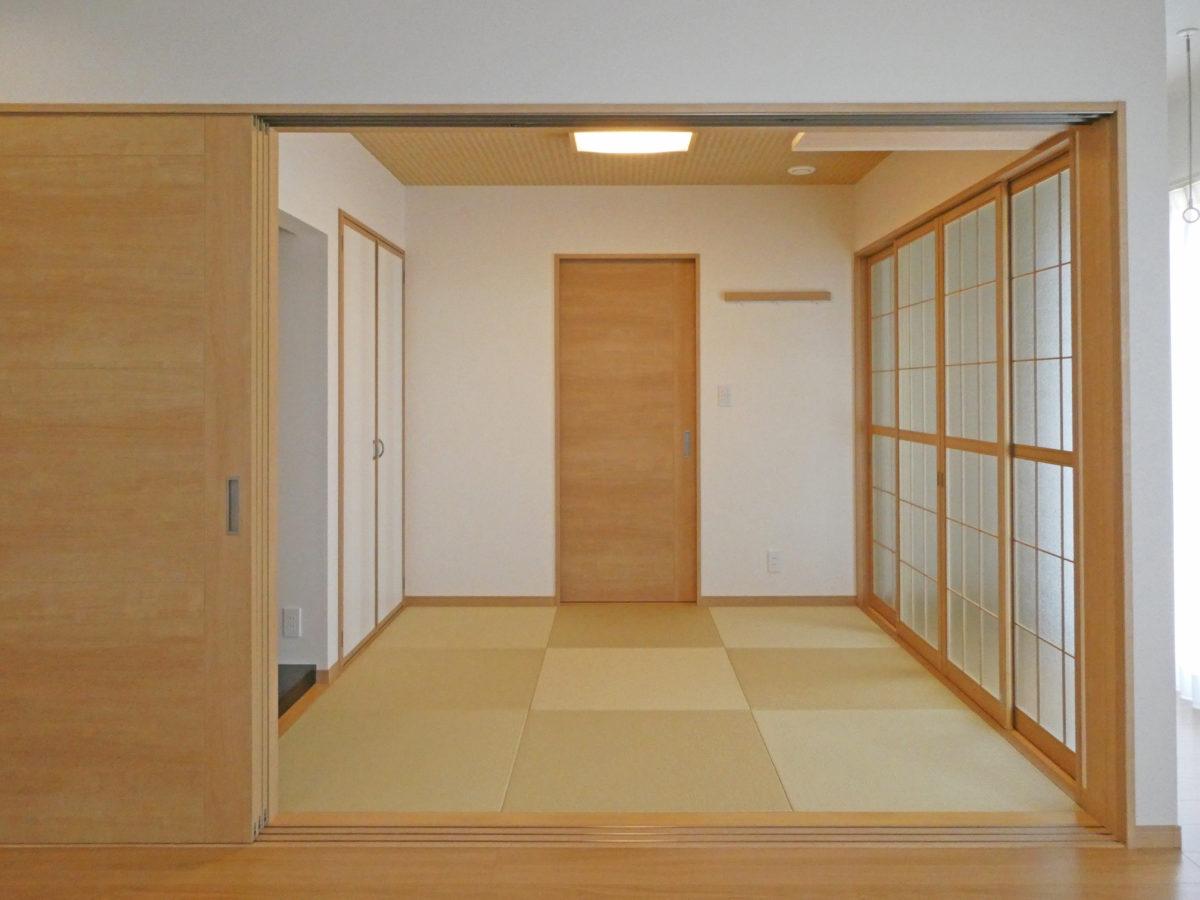 モダンな外観と足触りのいい落ち着く畳のあるお家