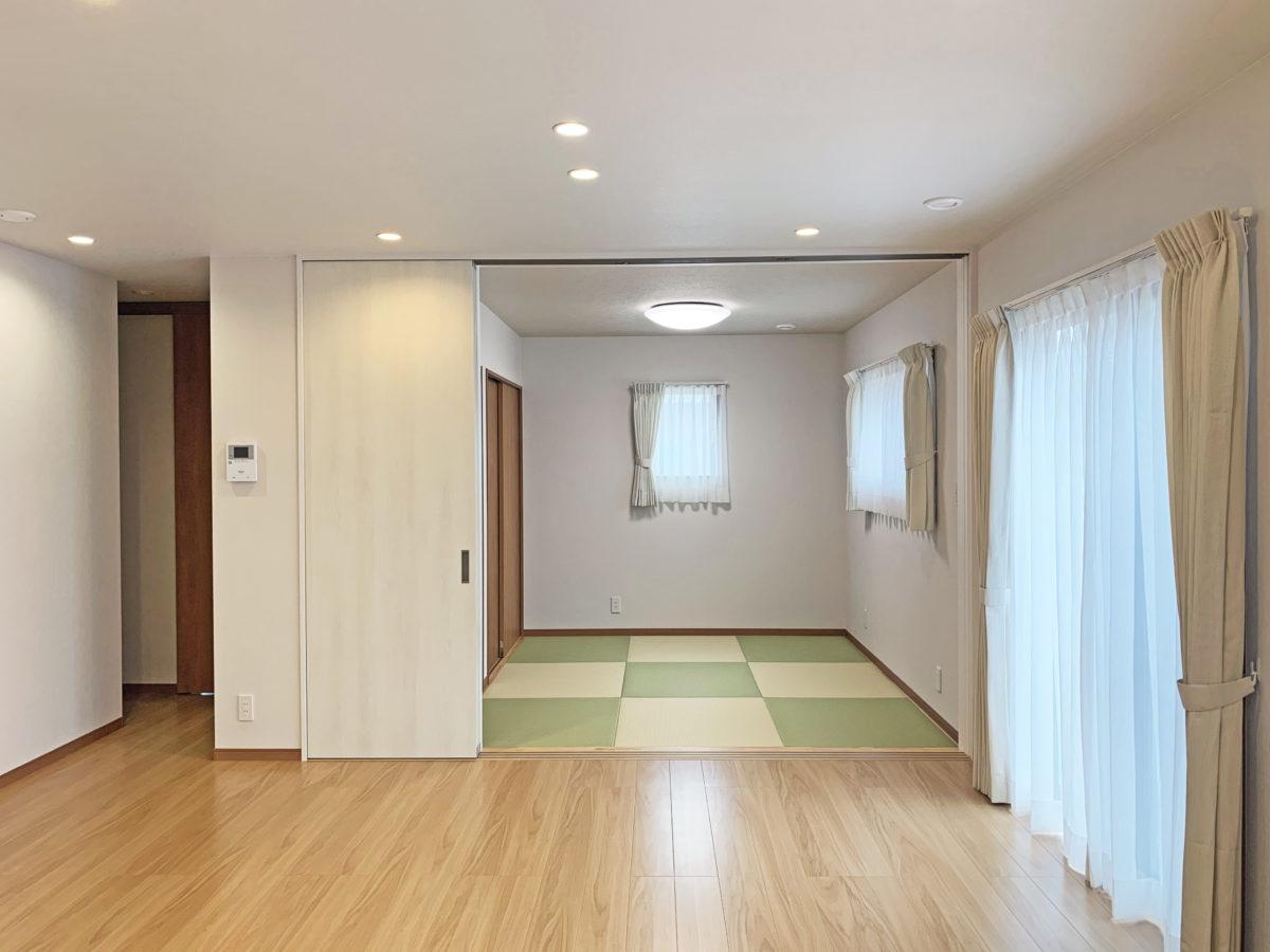 さわやかなネイビーブルーの外壁と家族との時間が増える家事ラクな動線があるお家