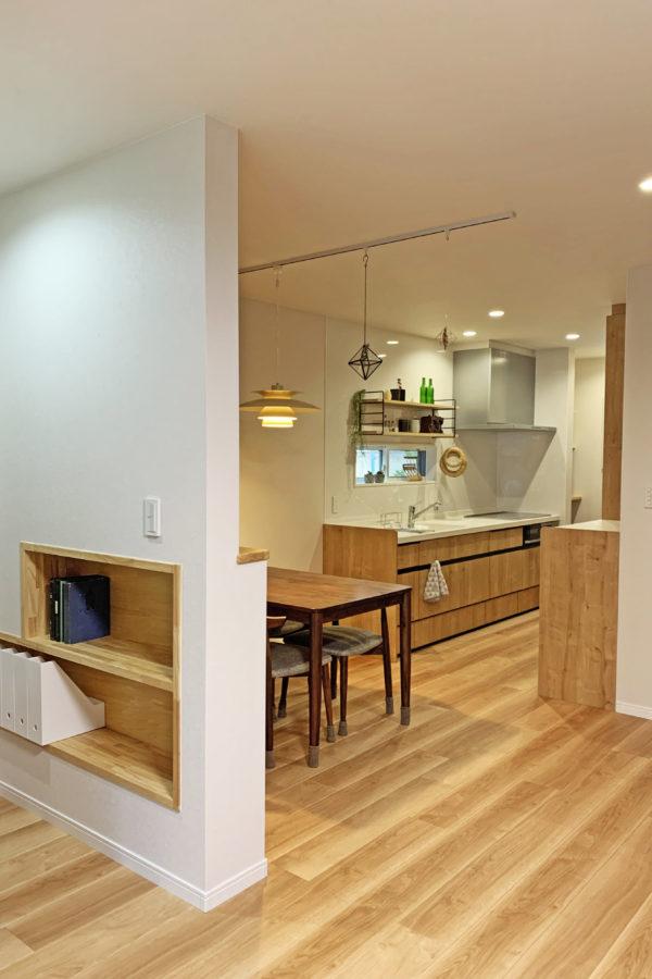こだわりの足触りのいい床と憧れのウッドデッキがあるお家