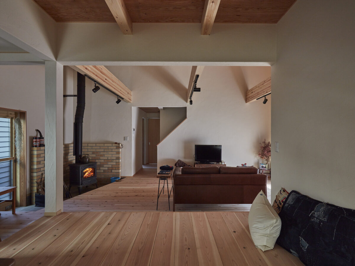 無垢のフローリングが気持ち良い暖炉のあるお家