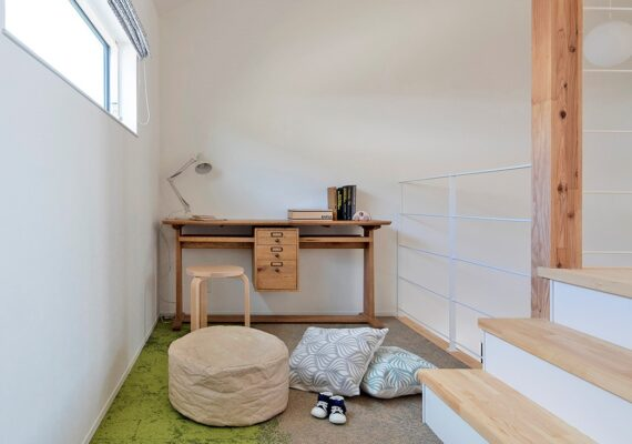 階段の途中に設けられたフリースペースがあるお家です。