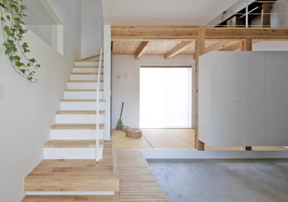 土間を挟んで広がる開放的な空間があるお家です。