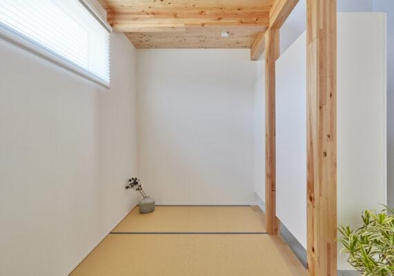 玄関横の4帖の和室